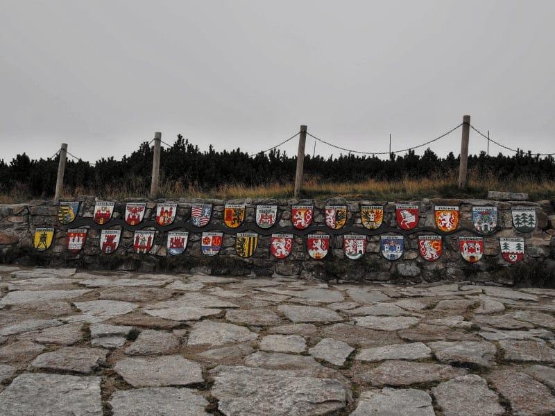 Znaky polabských měst u pramene Labe