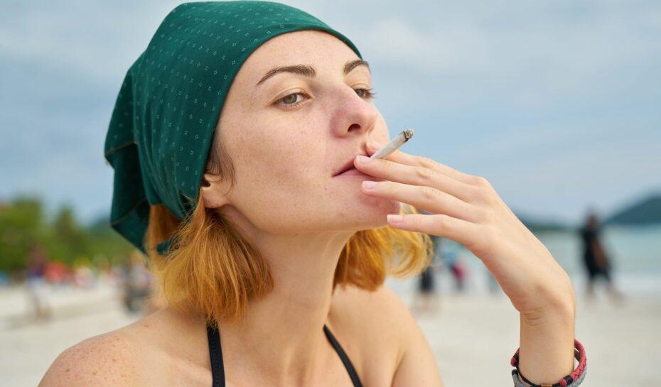 Na řeckých plážích a ulicích loni skončilo 3 500 tun cigaretových nedopalků