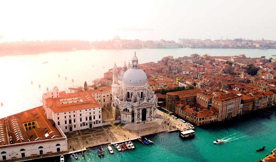 Slavné město gondol trpící pod náporem turistů. Benátky slaví 1600 let od založení