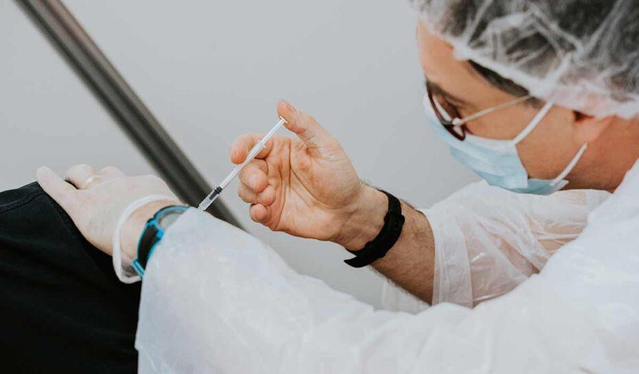 Země lákají turisty na očkování proti koronaviru zdarma