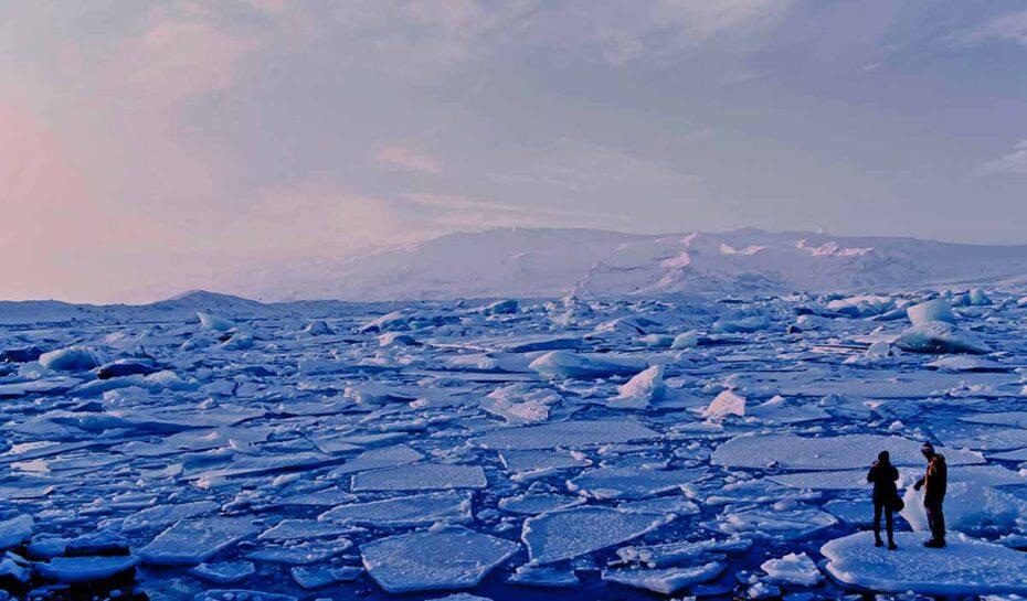 Piknik na severním pólu. Cestující odveze luxusní vzducholoď